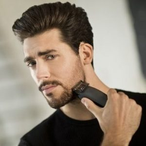 chico joven usando una Recortadora de barba Remington