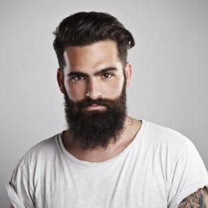 hombre con el pelo y la barba cuidados