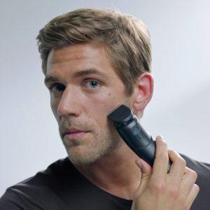 hombre joven usando una cortapelos Braun