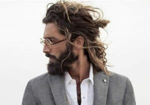 hombre con pelo Desordenado o casual