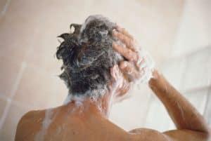 hombre lavándose el pelo