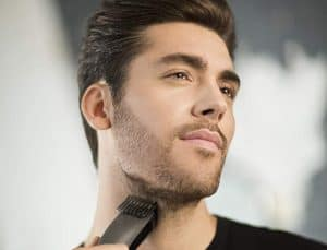 joven usando una Recortadora de barba Remington