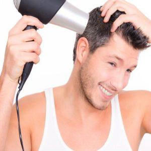 joven secándose el pelo