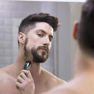 joven usando una Recortadora de barba Remington
