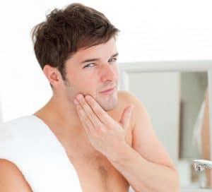 hombre usando productos para después del afeitado
