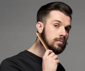 hombre joven peinándose la barba