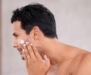 hombre poniéndose productos para después del afeitado