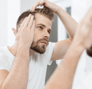 hombre mirándose el pelo