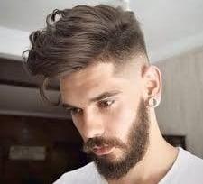 hombre joven con cera para el pelo