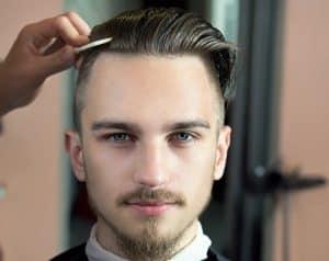 hombre peinándose con cera para el pelo