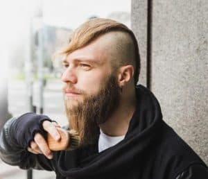 hombre usando un cepillo para la barba