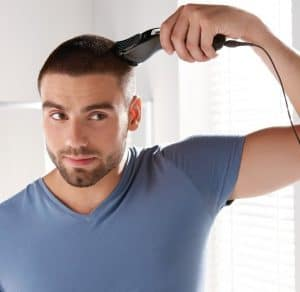 chico usando una cortapelos profesional