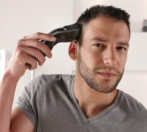 hombre usando una cortapelos impermeable