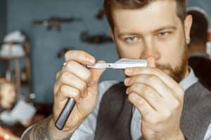 hombre con una cuchilla de afeitar