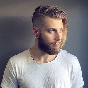 hombre con el pelo medio rapado