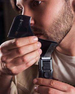 chico afeitándose con una Recortadora de barba Remington