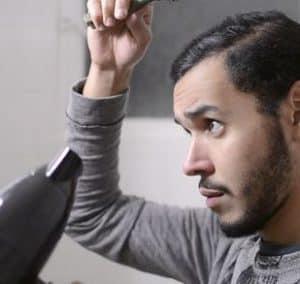 hombre usando un secador de pelo