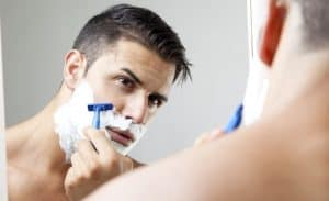 hombre afeitándose con gel de afeitado