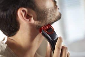 hombre usando la recortadora de barba philips series 1000