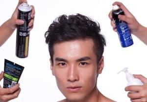 hombre cuidándose el pelo con varios productos