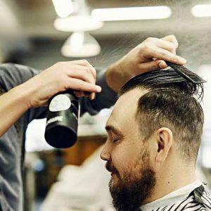 hombre usando producto fijador para el pelo