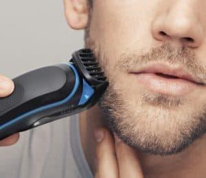 hombre usando un barbero