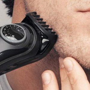 hombre recortándoselas la barba con un barbero