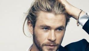 hombre con el pelo largo y gel fijador
