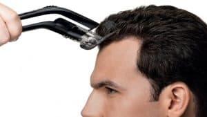 hombre cortando el pelo con una cortapelos