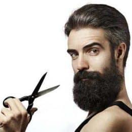 hombre joven con tijeras para barba