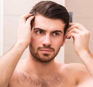 hombre usando cera para el pelo