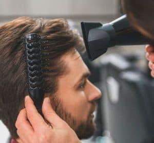 secador de pelo siendo usado