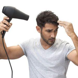 chico usando un secador de pelo