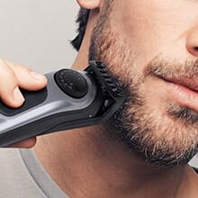 hombre usando una recortadora de barba braun