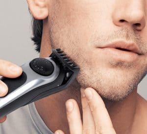 chico usando una recortadora de barba braun