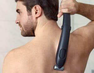 hombre usando una afeitadora corporal Philips en la espalda