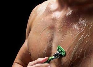 hombre depilándose el pecho con una cuchilla y gel