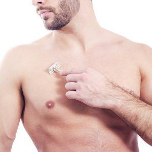 hombre joven depilándose el pecho con cuchilla