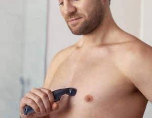 joven usando una afeitadora corporal Philips