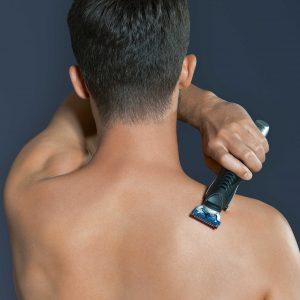 hombre depilándose la espalda