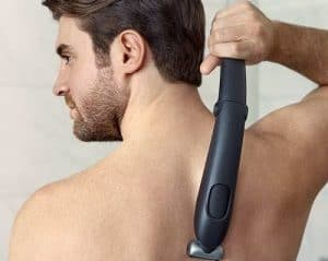 hombre depilándose la espalda sin ayuda
