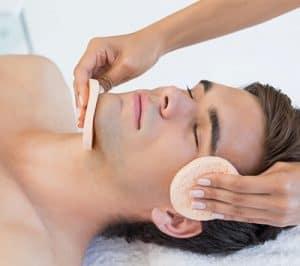 hombre haciéndose una limpieza facial
