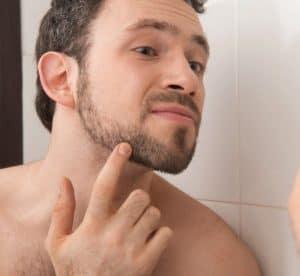 hombre cuidándose los pelos encarnados