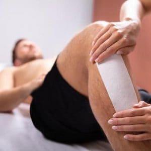 hombre depilándose con cera la pierna