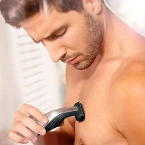 hombre con pecho depilado con afeitadora