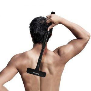 hombre depilándose la espalda con una depiladora