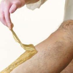 hombre depilándose con cera