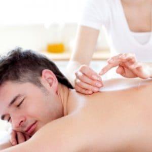 hombre depilándose la espalda a la cera