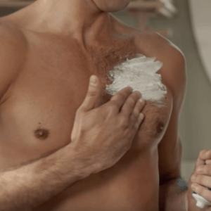 hombre depilándose con crema