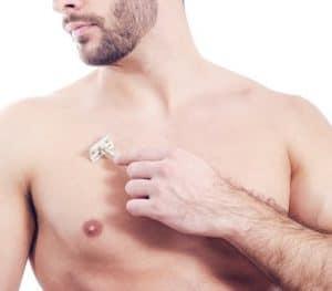 hombre depilándose con cuchilla el pecho